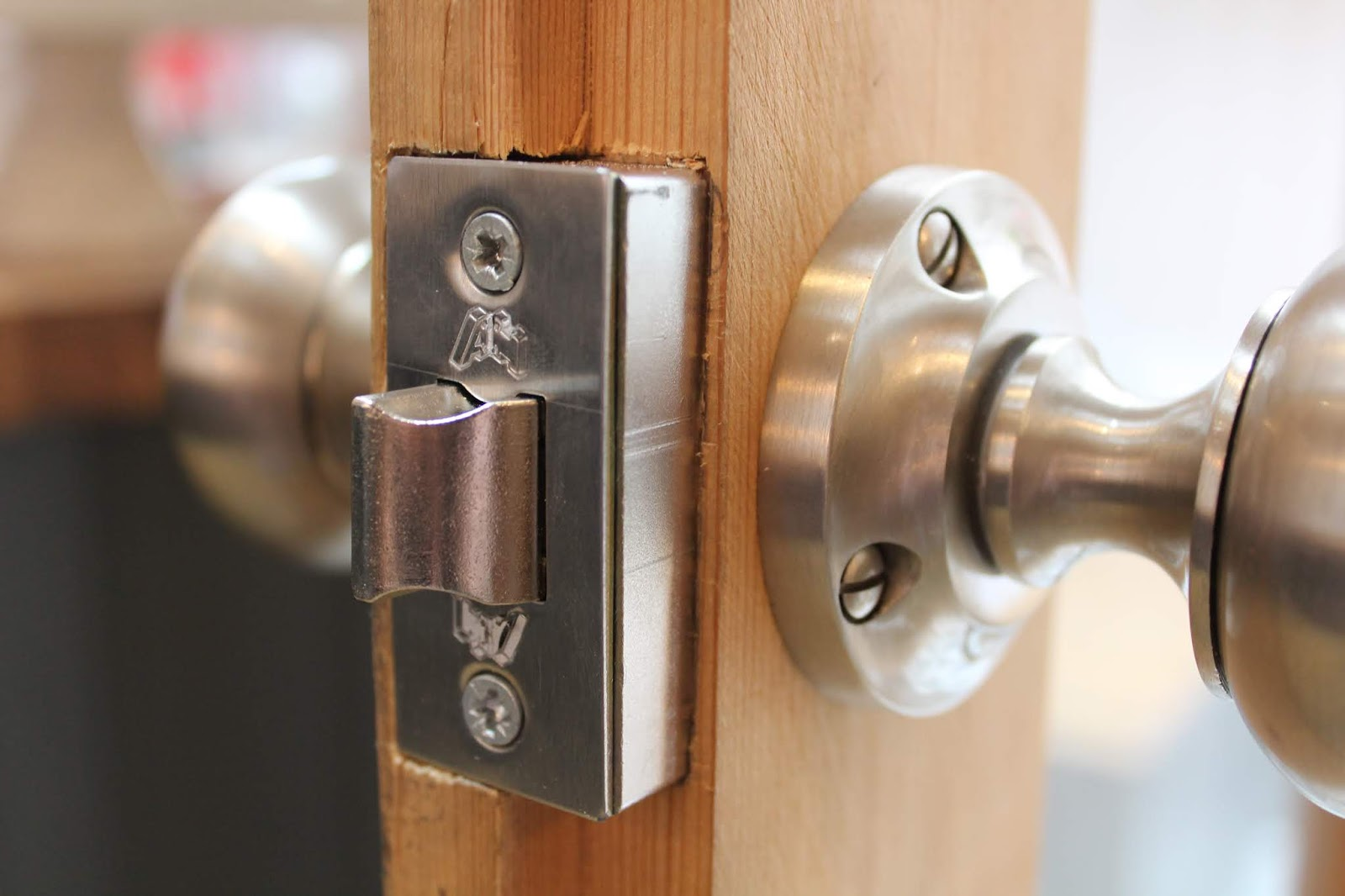 rebate latch on door with handles