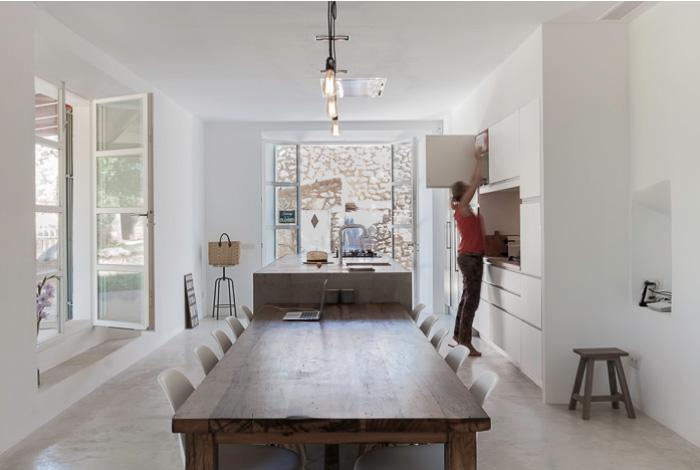 Legno pietra e cemento per una casa rurale in stile for Arredamento mediterraneo