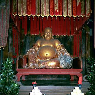 Estatua de Hotei en el templo budista de Manpuku, Japón