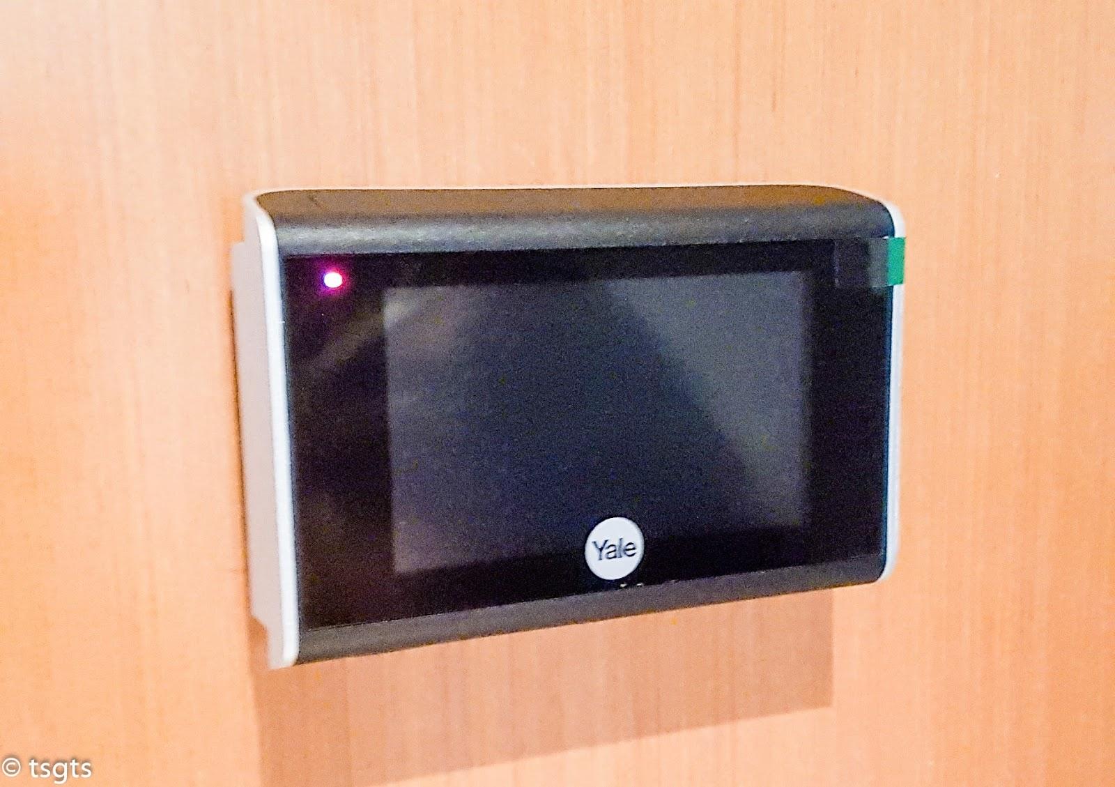 Front view of the door viewer & Yale Door Viewer: Hands-On   The Singapore Gadget Talk Show