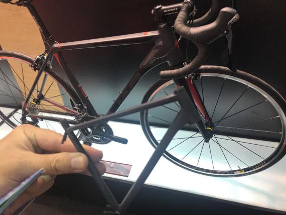 Cuadro impreso en 3D a escala y la bici de verdad