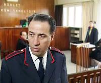 Bir mahkeme salonunda mübaşir rolündeki Kemal Sunal