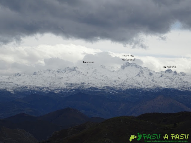 Sierra de la Cueva Negra: Desde el Alto Teyadera, vista del Macizo del Cornión
