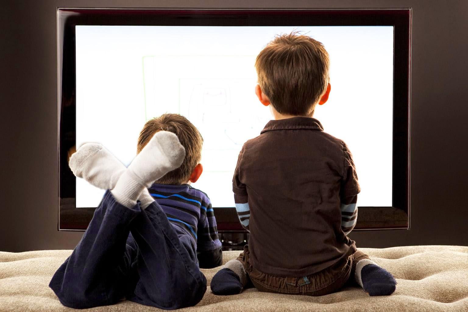 Menonton TV Sambil Tiduran