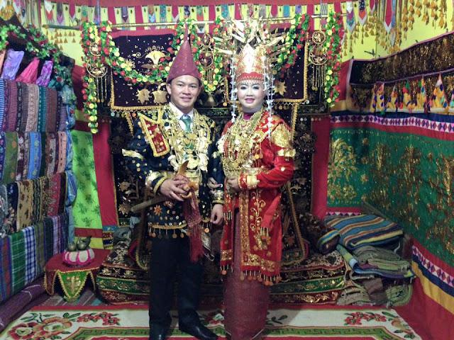 Tampilan sepasang pengantin Lampung Pesisir atau Lampung Saibathin yang khas lengkap dengan pelaminan yang khas dekorasi adat istiadat Lampung