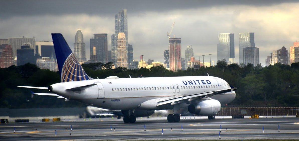 Paura in volo United Airlines: esplode motore Airbus A320 dopo il decollo