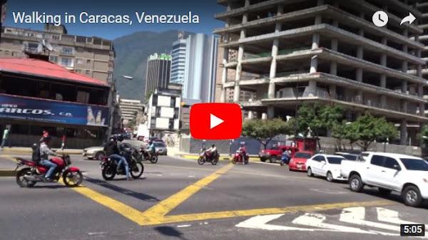 Caminando por una calle del Centro de Caracas