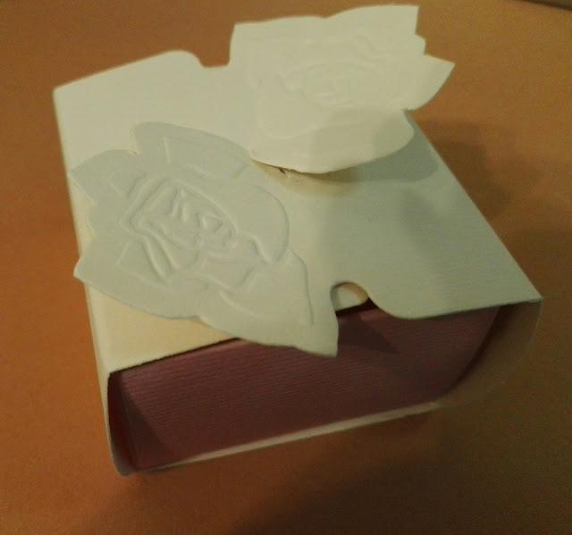 http://scatolesumisura.it/it/categorie-di-utilizzo/piccole-quantita/scatola-cilindro-base-tonda-confezioni-bomboniere-2.html
