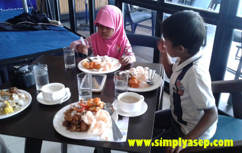 ANAK ANAK :   Ini dua anak saya yang ajak hadir di acara peresmian 4GXL LTE ini, Tazkia (6) dan Mas Abbe (9) yang sedang menyantap hidangan. Photo Asep Haryono