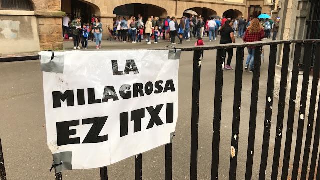 Cartel contra el cierre en el colegio La Milagrosa