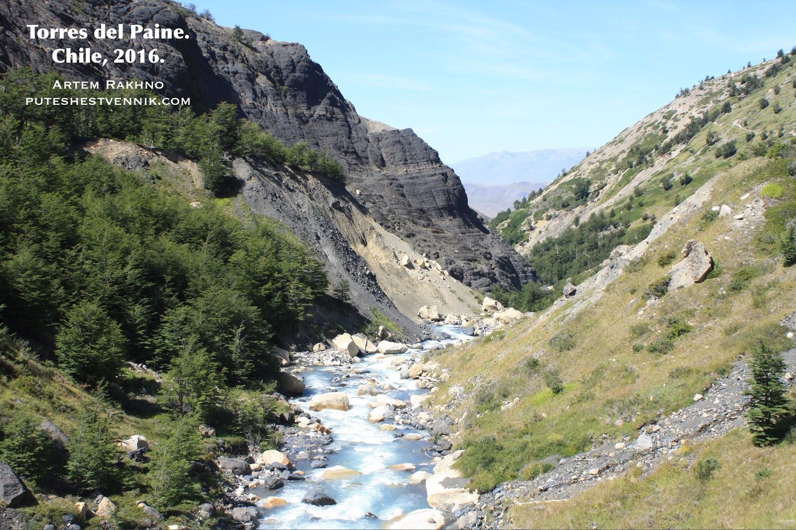 Река в горах в Торрес-дель-Пайне