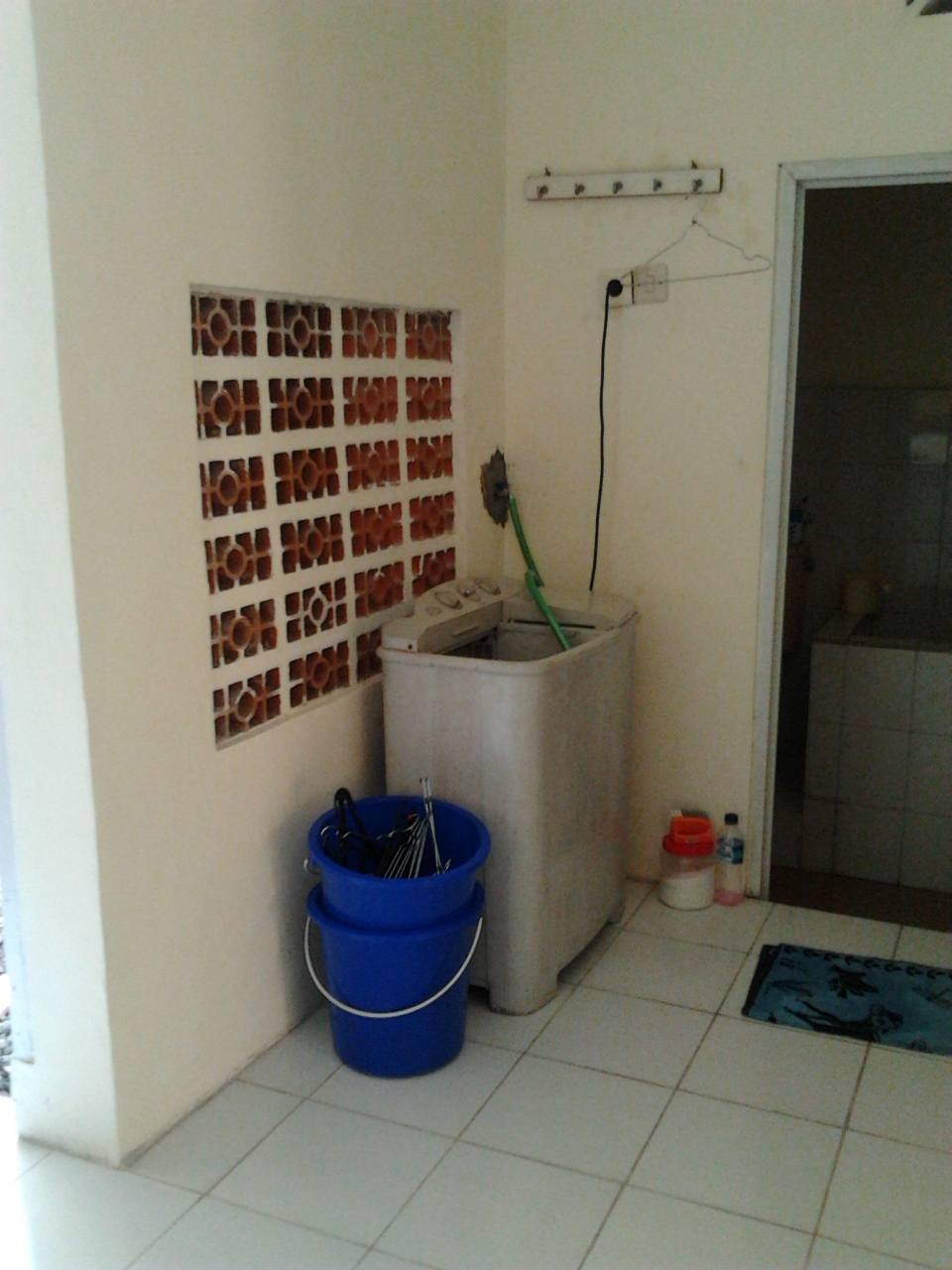 desain kamar mandi minimalis dengan mesin cuci di dalam | dekorumah36