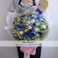 hand bouquet mawar biru, hand bouquet coklat, hand bouquet sweet seventeen,