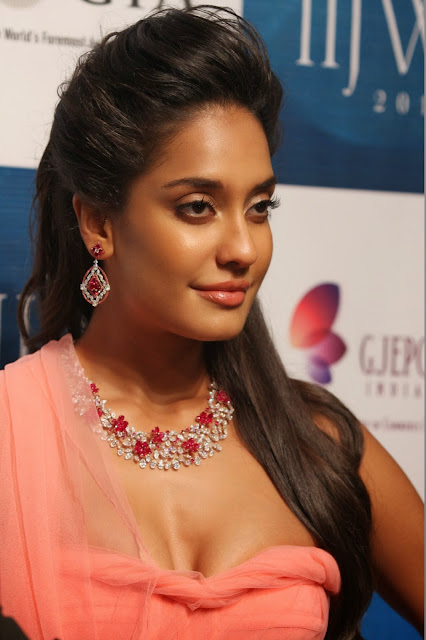 lisa haydon shake it saiyyan