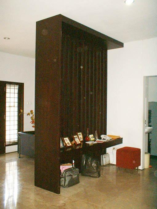 Pembatas Ruang Tamu Dengan Bahan Kayu Jati Oleh Deart Studio