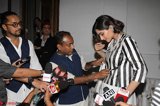 Sonam Kapoor Soha Ali Khan Konkona Sharma at Raw Mango store launch March 2017 009.JPG
