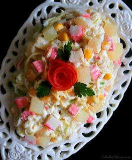 http://www.slodkastrona.com/2015/01/saatka-z-paluszkami-krabowymi-i-ananasem.html