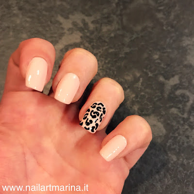 Unghie decorate con l'effetto leopardato molto semplice.