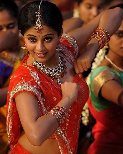 Heroines Dance Photos At Cinemaa Awards 2012: Mallu Actress Priyamani Dancing Stills On Traditional
