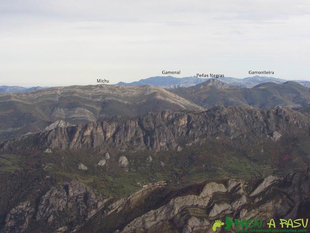 Vista de la Peña Michu, Gamonal y Gamoniteiru desde el Pico Mocoso