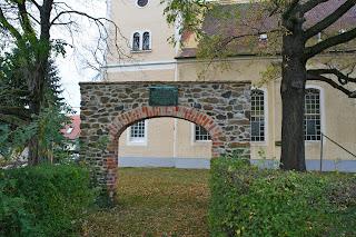 Torbogen als Erinnerung vor der Kirche Leipzig Holzhausen