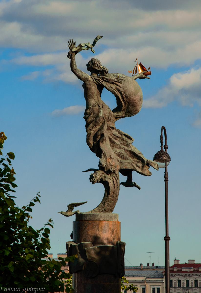 Скульптура Девушка с корабликом