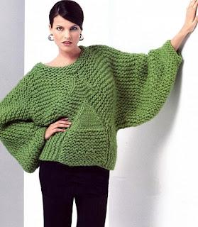 Зеленый пуловер с рукавами летучая мышь