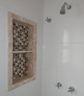 Os quatro chuveiros da residência contam com nichos verticais para produtos de higiene ao alcance das mãos. As duchas são servidas por água fria e água de aquecimento solar, cujo sistema de placas e boiler foi montado pela Prisma Solar.