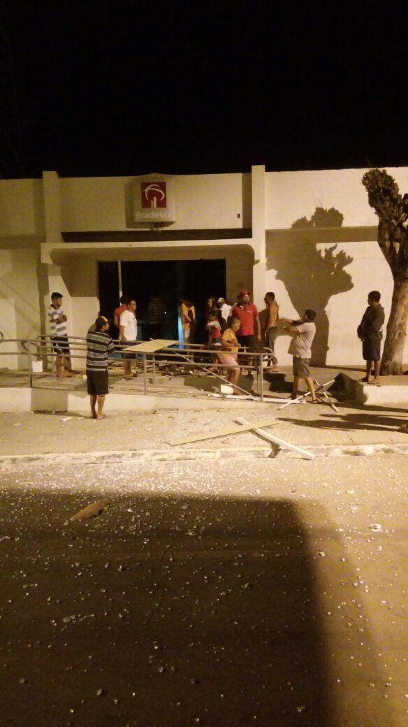 Quadrilha explode banco em Parambu e empreende fuga