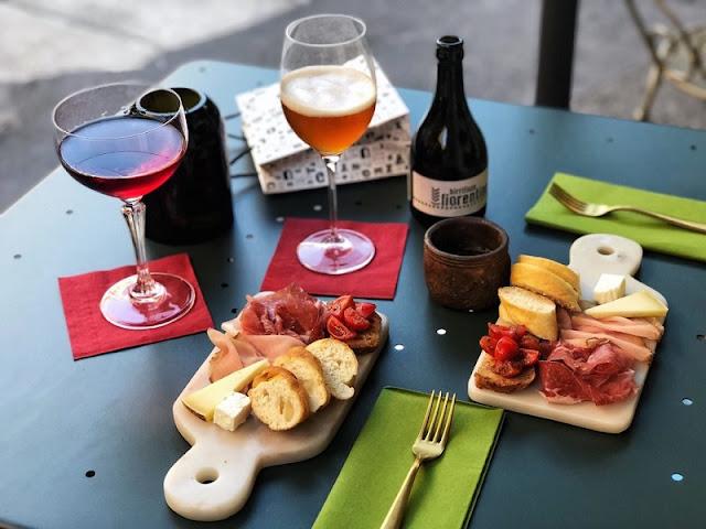 Mesa com bebidas e aperitivos em restaurante de Milão