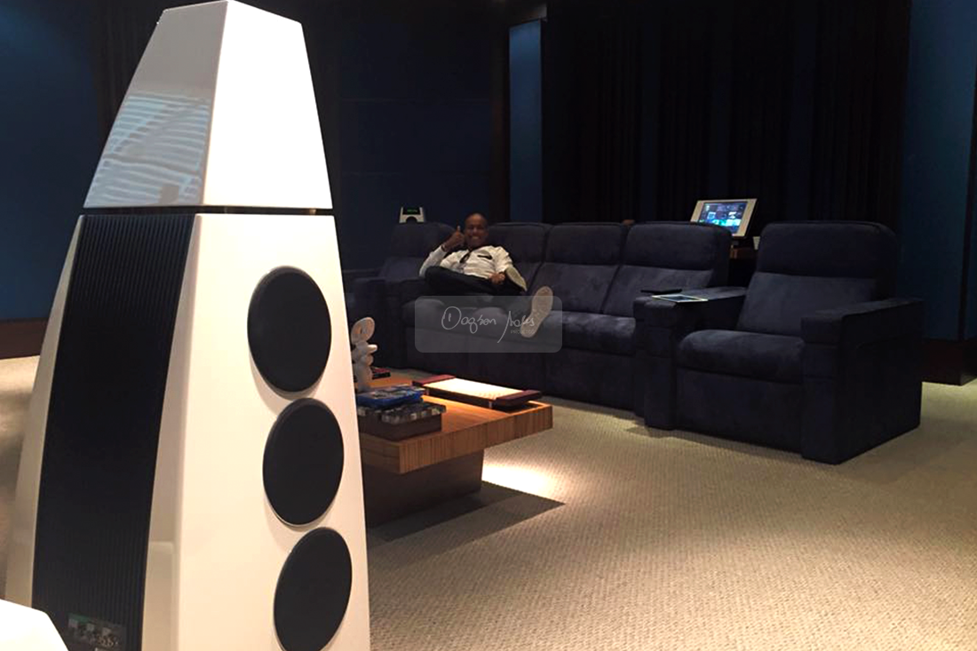 Dagson Sales testando as caixas Meridian Audio no showroom da Som Maior