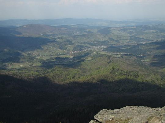 Dolina Skawicy i znajdująca się w niej wieś Zawoja, za którą wznosi się Pasmo Jałowieckie