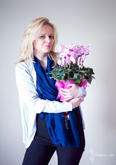 Granatowy szal, szary sweter, różowe fiołki