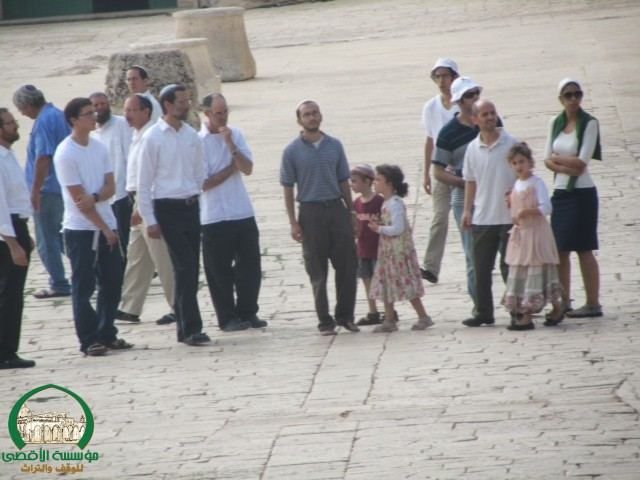 http://www.timesofisrael.com/hundreds-of-arabs-assault-guards-at-temple-mount/?utm_source=dlvr.it&utm_medium=twitter