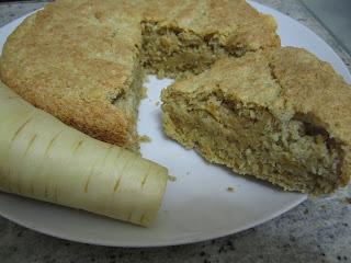 Gâteau de panais découpé, poudre de cacahuètes, légumes oubliés, cuisinons de saison