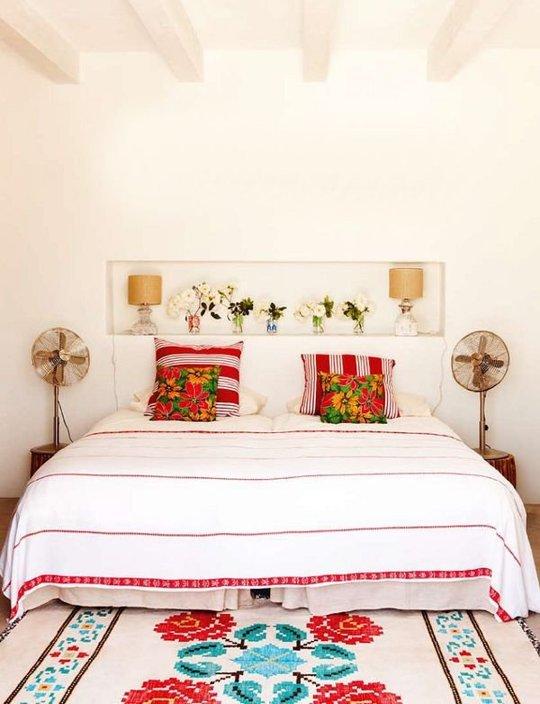 dormitorio con cojines en rojo chicanddeco