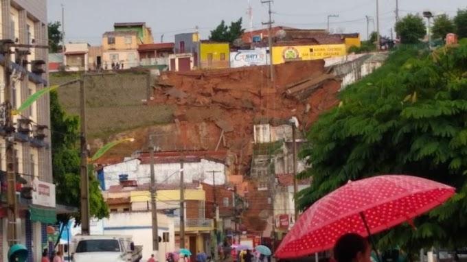 Após chuvas, barranco desaba no Crato, atinge residência e destrói parcialmente escada que liga dois bairros