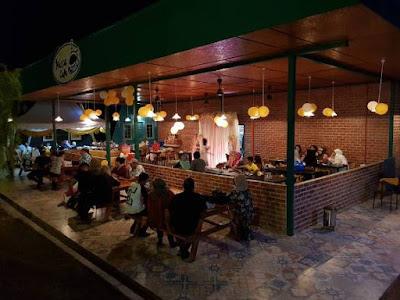 ada kafe dan tempat makan untuk pengunjung