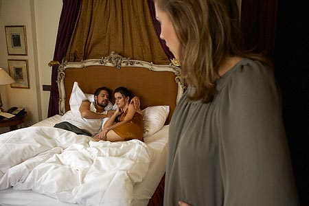 Osin mỉm cười đắc ý khi bị bà chủ bắt gặp ngủ với chồng lúc bà về ngoại ở cữ