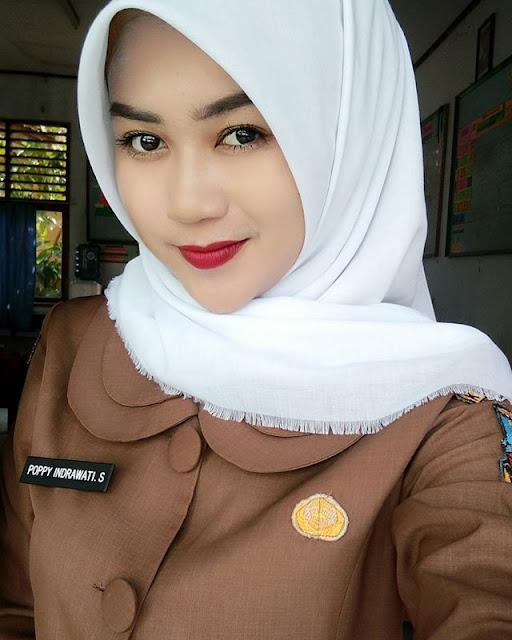Poppy Indrawati Safitri Guru SD yang Cantik