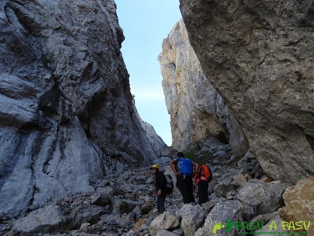 Torre Blanca: Canal de la Jenduda tras superar el paso con cuerda