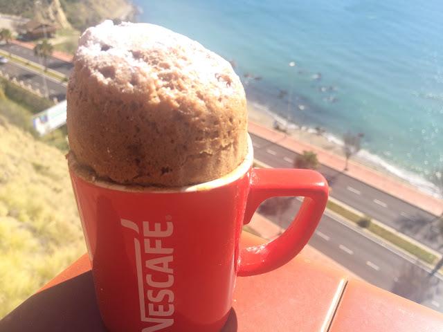 Bizcocho de cafe y chocolate en taza