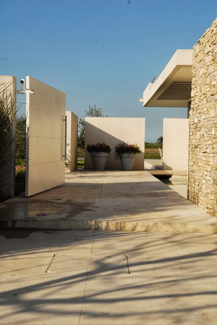 Walkway to the Modern Agua House by Barrionuevo Sierchuk Arquitectas