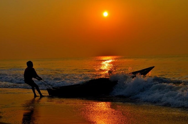 Spectacular view of the sunrise at Puri Beach