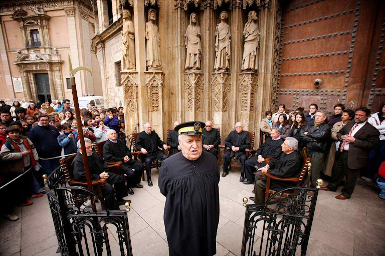 O oficial de Justiça convoca os eventuais querelantes por comarca