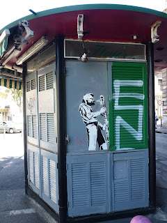 Urban Art am Zeitungskiosk - Der Holzblasinstrumentenspieler in Marseille