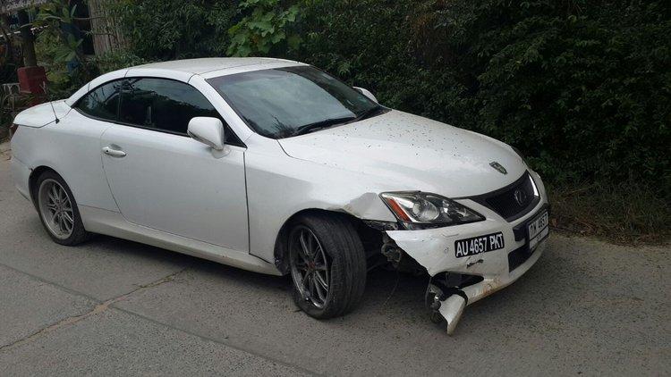 У кабриолета повреждено колесо и крыло