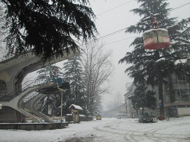 El paisaje de la nieve con los funiculares colgando es asombroso