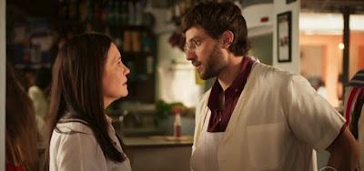 Thelma (Adriana Esteves) esconderá dificuldade financeira de Danilo (Chay Suede) em Amor de Mãe