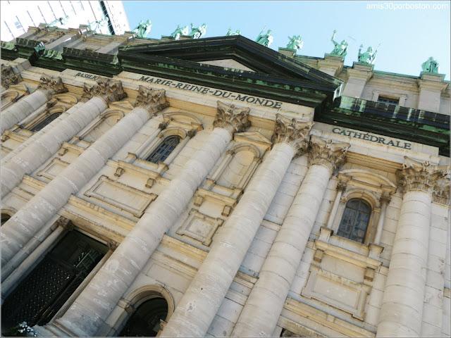 Basílica-Catedral Marie-Reine-du-Monde: Fachada y Esculturas